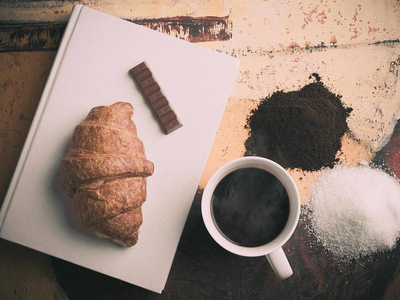 Colazione all'italiana: caffe e brioche. Moretti Bassano.